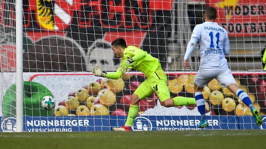 Dabei hat sich der Held vom 0:0 auf St. Pauli aber ordentlich verschätzt und der Torwart muss zusehen, wie das Spielgerät ins Tor flutscht. Vermeidbar, ärgerlich und bitter so kurz vor der Pause - aber kann halt mal passieren. Nach 41 Minuten steht es also nur noch 2:1 für Nürnberg.