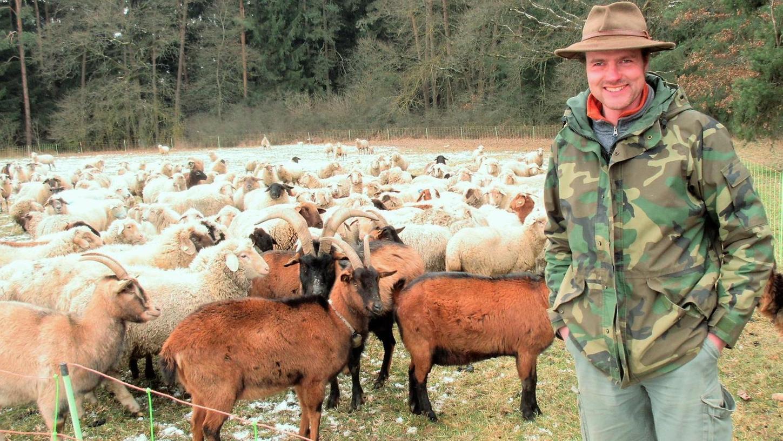 Schafhirte Markus Schreiner mit seiner Schafherde und den Ziegen. Derzeit ist er im Auerbacher Gebiet unterwegs, ab April findet sich die Herde wieder auf dem Truppenübungsplatz Grafenwöhr.