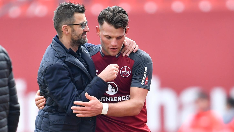 Nach seiner Auswechslung wird Eduard Löwen von Trainer Michael Köllner geherzt.