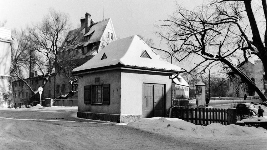 Vor 50 Jahren stand auf der heutigen Ampelkreuzung an der Karmühlbrücke in Pegnitz noch das städtische Waaghäuschen. Wurde später abgerissen, weil sich der betrieb nicht mehr rentierte und weil es zudem dem zunehmenden Straßenverkehr im Wege stand.