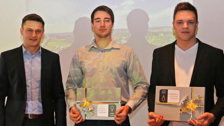 Karlheinz Nüsslein (links) überreichte den Preis der Firma Toolcraft in Georgensgmünd an Davon Zitzelsberger und André Steinbauer.