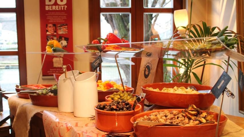 Am Wochenende (Samstag und Sonntag) sowie an Brücken- und Feiertagen (9 bis 14 Uhr) werden in der Finca & Bar Celona für 14,95 Euro verschiedene Brötchen, Brote und Croissants, Aufstriche, Wurst-und Käseplatten, Tomate-Mozzarella, Lachs, ein Salat- und ein Dessertbuffet sowie eine Omelett- und eine Waffelstation angeboten. Für Kinder gibt es eine eigene Station mit Leckereien. Bis zu einem Alter von einschließlich fünf Jahren essen sie bei ihren Eltern mit, zwischen sechs und 12 Jahren gilt die Hälfte des regulären Preises.  231 Stimmen hat Finca & Bar Celona im Voting abgeräumt.