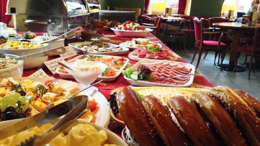 Wer den Sonntagsbrunch im Café Fatal besucht, bekommt von 9 Uhr bis 14 Uhr ein Frühstücksbuffet