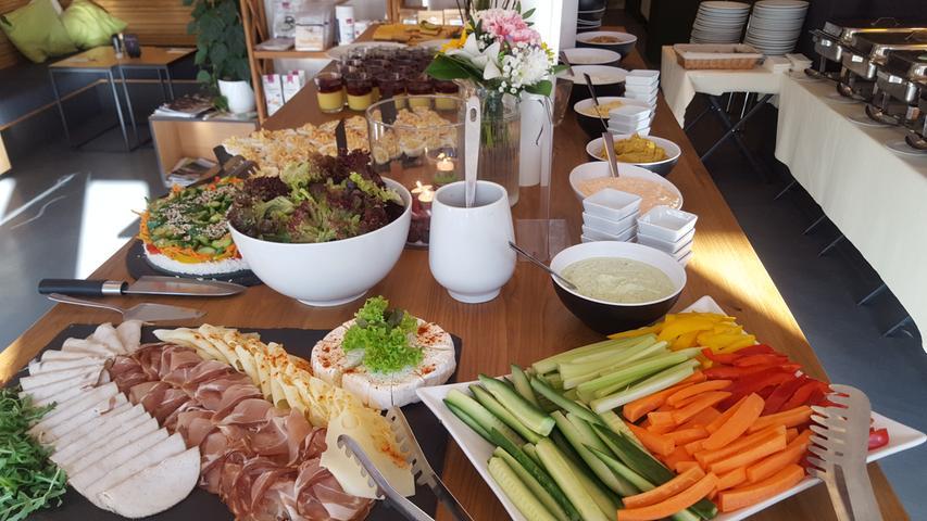 Ein Brunch ohne anschließende Reue: Ernährungsbewusste schlemmen im Green Lion Desserts ohne Zucker, Pfannkuchen mit einer Extraportion Protein und garantiert Zucker- und Weißmehlfrei. Sowohl für Fleischliebhaber, aber auch für Vegetarier und Veganer ist im Angebot etwas dabei. Der Brunch findet jeweils am ersten Sonntag im Monat um 9.30 Uhr sowie in einer zweiten Runde um 12.30 Uhr statt. Im Preis von 19 Euro ist ein Begrüßungsgetränk inklusive, beispielsweise Minzwasser oder ein Orangen-Smoothie. Die jeweilige Auswahl an Gerichten gibt das Restaurant vor dem Brunch auf seiner Facebook-Seite bekannt.  Mit 55 Stimmen hat es für das Green Lion den 10. Platz gegeben.
