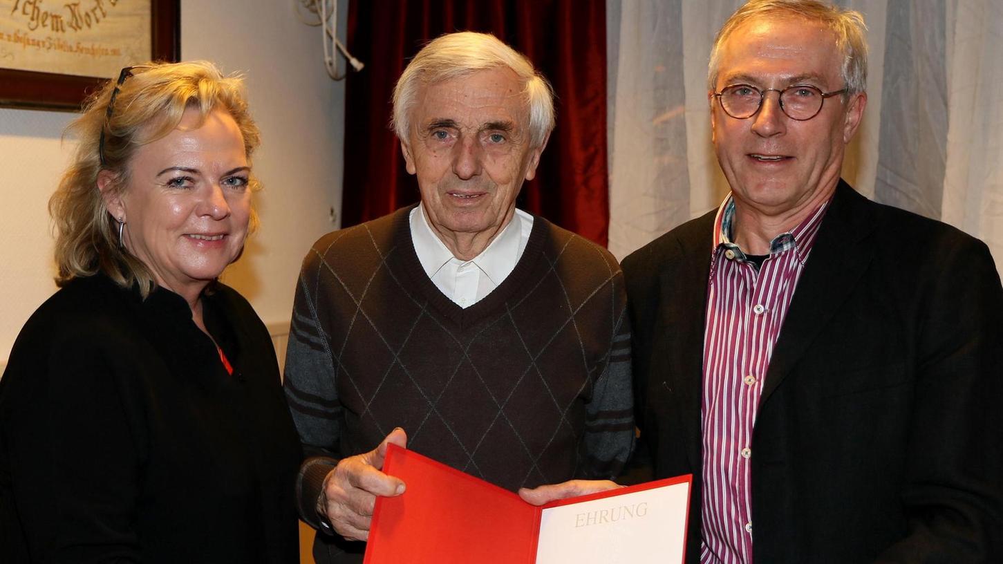 Der Urenkel des Gründers, Karl Bauereis (M.), ist seit 65 Jahren in der SPD Hemhofen. Links Alexandra Hiersemann, rechts Gerd Brandmähl-Estor.