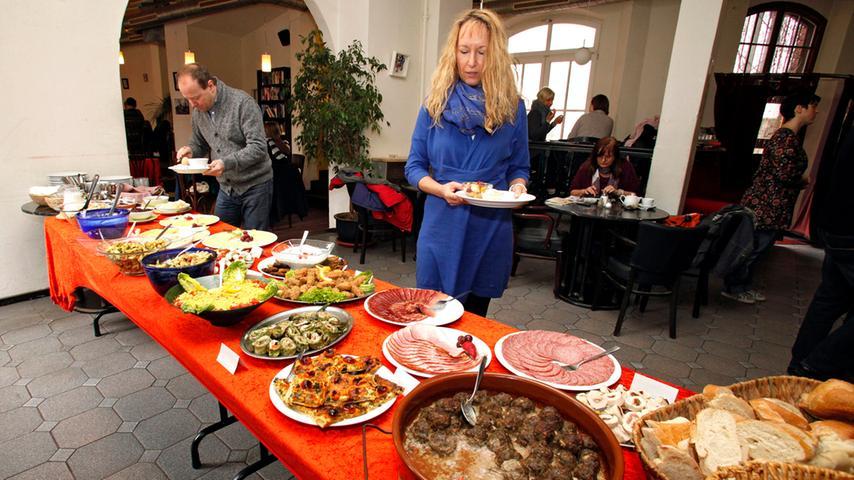 Eines der Kult-Frühstücks-Restaurants in Nürnberg: das Balazzo Brozzi. Sonntags und Feiertags von 9 bis 14 Uhr stehen auf dem Buffet Aufschnitt, Eier, Müsli, Obstsalat, verschiedene Brotsorten, Bamberger, verschiedene Salate, Fleischbällchen und vegetarische Aufstriche bereit. Die Auswahl variiert, es gibt nicht immer dasselbe. Genauso die Kosten: Es gibt keinen Festpreis, man holt sich, was man möchte. Am Tresen wird dann der Preis dafür geschätzt.  Mit 81 Stimmen landet das Balazzo Brozzi auf Platz 8.