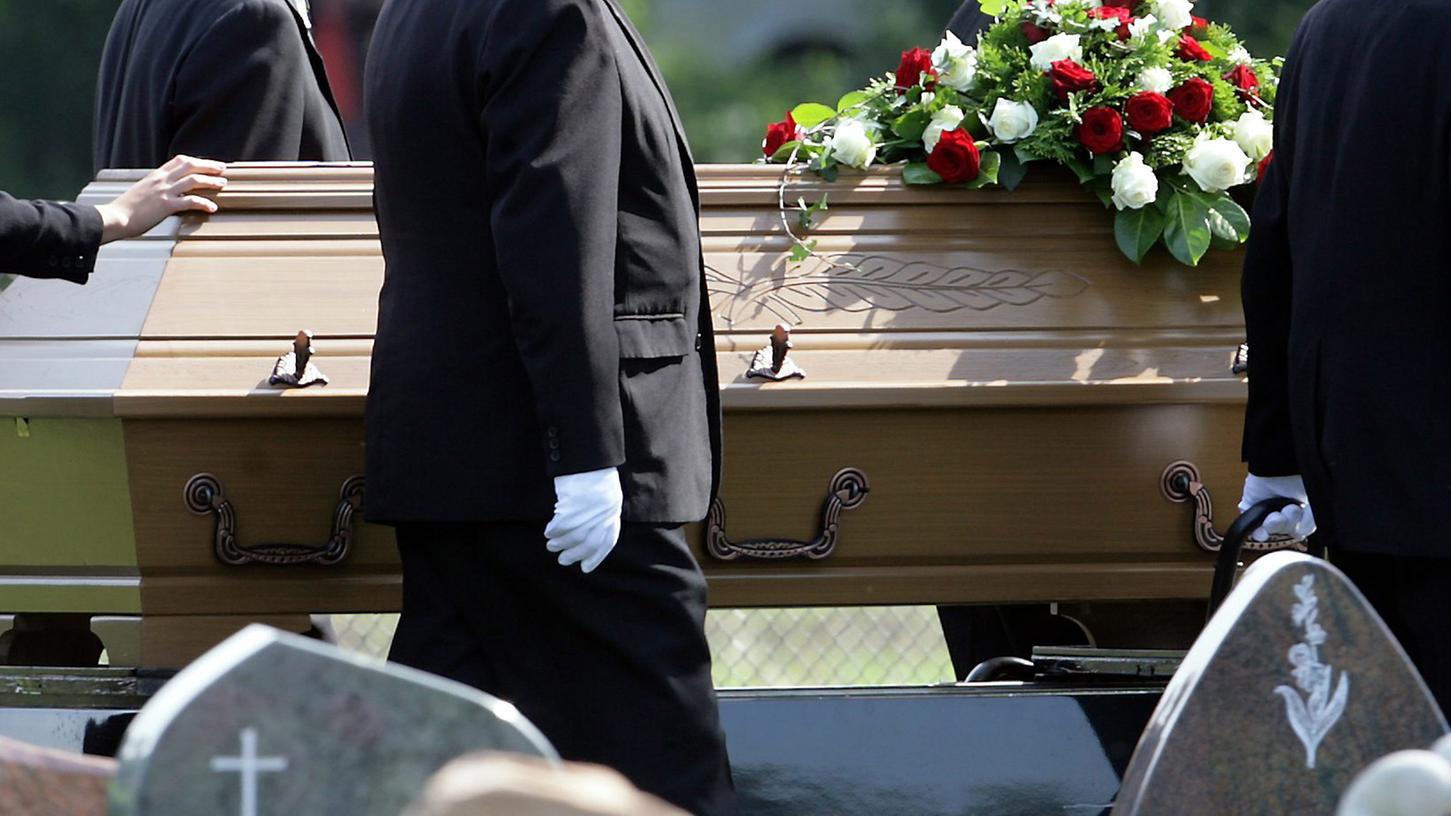 Keine leichte Arbeit: Weil die Toten immer schwerer werden, sucht der Fürther Friedhof starke Sargträger.