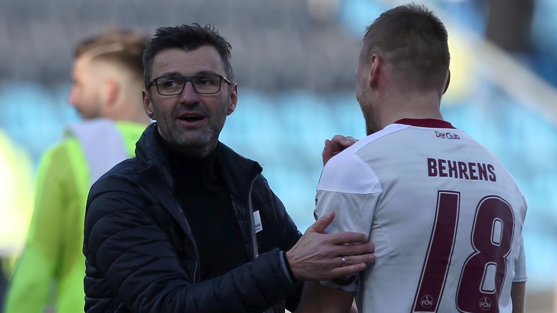 Kann mit dem Punkt gut leben: Trainer Michael Köllner mit Club-Kapitän Hanno Behrens nach dem Spiel in Bochum.