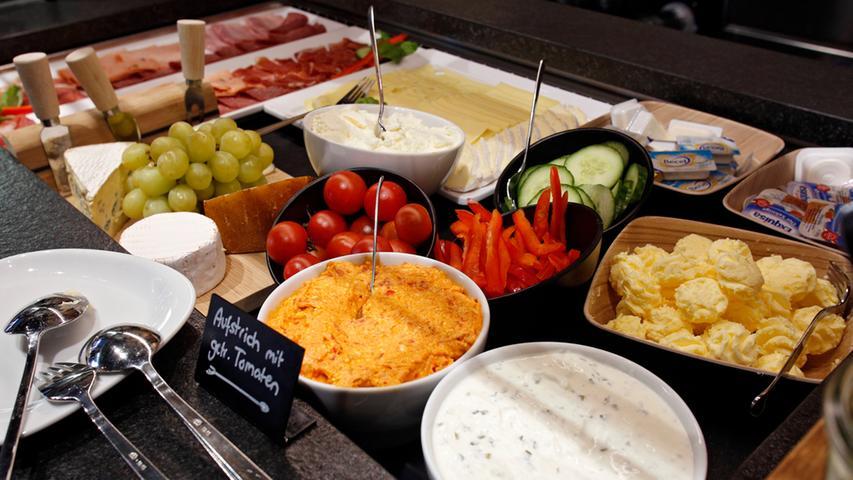 Der Brunch im Mondo steht jeden Sonntag und an Feiertagen bis 16 Uhr bereit. Vom Chia-Brötchen bis hin zum Blaubeerpancake: Hier können Gäste neben unterschiedlichen Salaten, Lachs, Kräuterquark, hasugemachten Brotaufstrichen, Gemüse, Obst und Joghurt auch Mousse au Chocolat, Kuchen, alle Arten von Eierspeisen, süßen Couscous, Müsli, Bratwürstchen und Speck  frühstücken. Der Preis für den Sonntagsbrunch im Mondo: 13,50 Euro. Saft und Wasser sind inklusive. Unter der Woche lädt das Mondo außerdem ab 7 Uhr zum Frühstücksbuffet für 9,50 Euro ein.  116 Stimmen ergatterte das Mondo - und damit den 6. Platz.