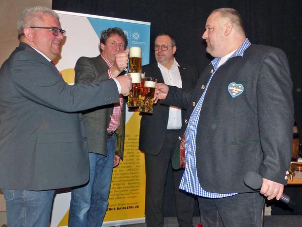 Das Fass ist angestochen. Prost!  Bürgermeister Wolfgang Metzner, Jost Lohmann (Agil), Udo Ziegler (Welcome Kongress Hotels Bamberg) und Ambros Michael Mahr (Ambräusianum GmbH).