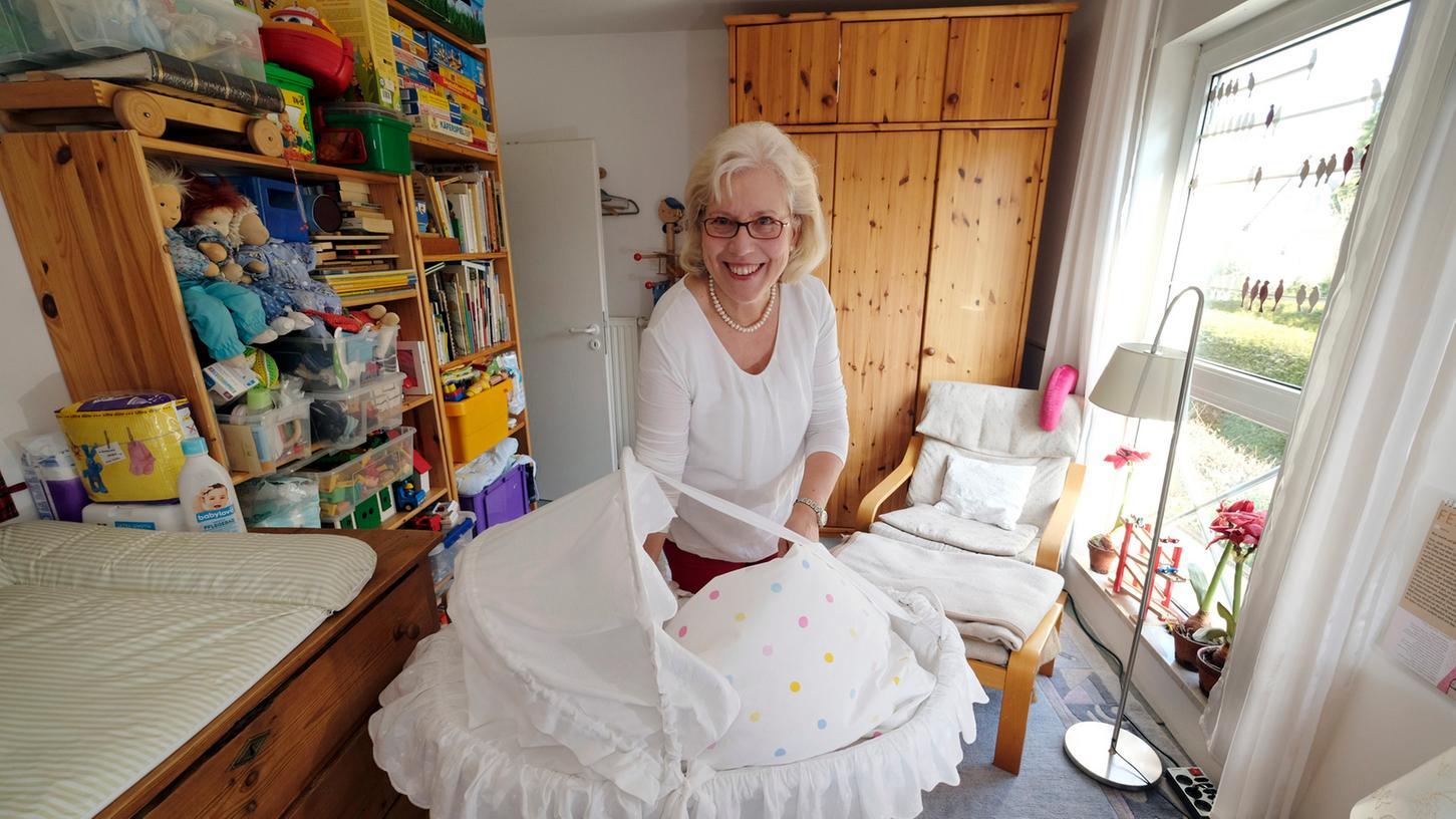 Alles ist bereit: Irmgard Claußen zeigt das Kinderzimmer, in dem vermutlich bald wieder ein Baby schlafen wird.