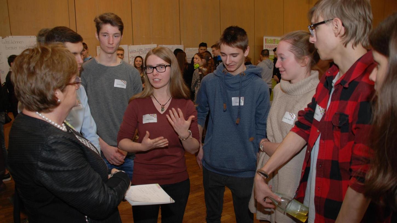 In reger Diskussion standen Schüler auch mit Sozialreferentin Elisabeth Reichert. Künftig soll es regelmäßig einen Austausch zwischen Jugendlichen und Vertretern aus Stadtrat und Verwaltung geben.