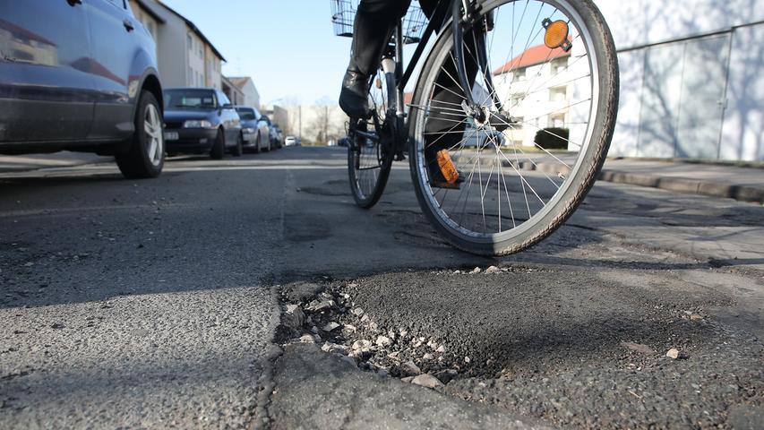In der Paul-Keller-Straße in Forchheim-Nord sind Fahrradfahrer vorsichtig unterwegs.