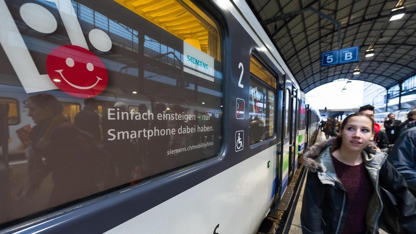 Das erste kommerzielle Siemens-Projekt für ein digitales Bezahlsystem ist schon im Normalbetrieb: Fahrgäste der Schweizer Südostbahn werden über ihr Smartphone erkannt und erhalten den jeweils günstigsten Tarif. Foto: Siemens Mobility