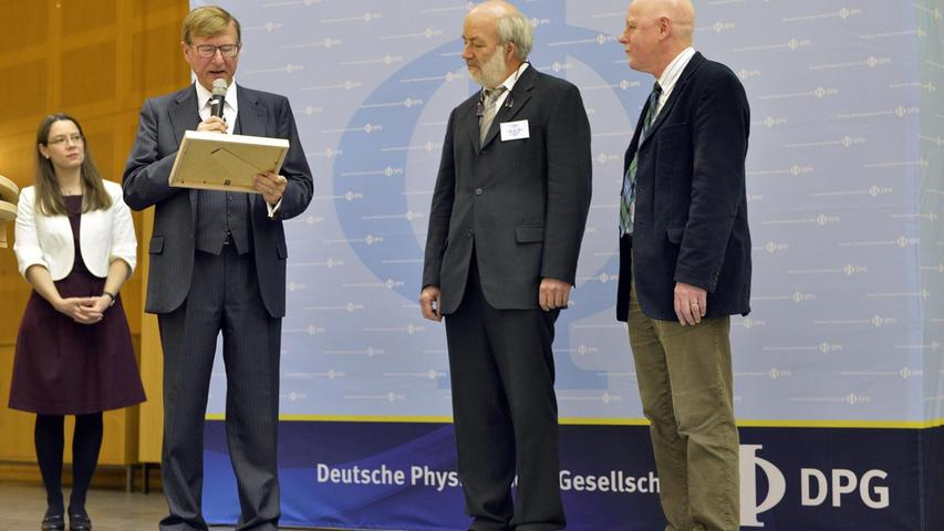 Der Herbert-Walther-Preis 2018 wurde Gerd Leuchs (Mitte) von seinem Lehrstuhlkollegen Prof. Philip Raussel (rechts) und von Prof. Edward Georg Krubarsik überreicht.