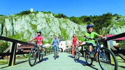 Diese Familie passiert im Altmühltal die Brücke bei Essing.