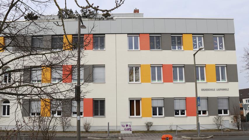 Wie der Name bereits besagt, liegt die Grundschule Laufamholz im gleichnamigen Stadtviertel.  Zur Homepage der Grundschule Laufamholz.