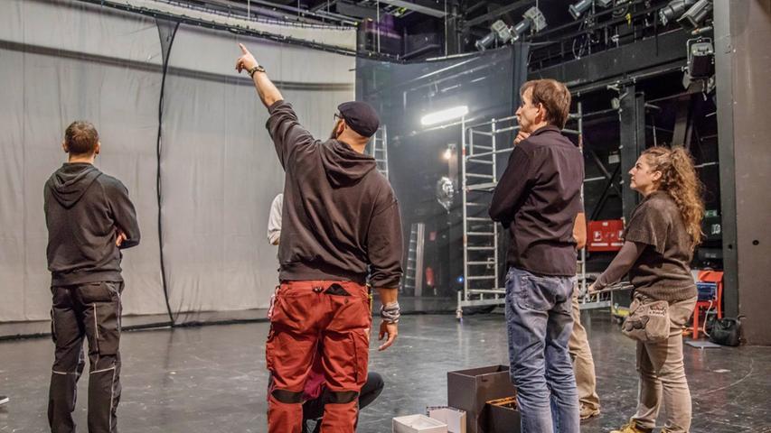 Bei der  Bauprobe stellt das Regieteam den Mitarbeiter*innen der verschiedenen Gewerke und Abteilungen  des Theaters auf der Originalbühne sein Konzept und Ideen zur geplanten Umsetzung in Bühnenbild,  Beleuchtung, Ton und Video vor.