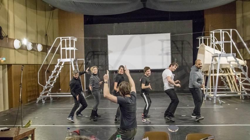 Die Schauspielerinnen und Schauspieler proben die längste Phase der Probenzeit nicht im  Markgrafentheater, sondern auf der Probebühne; montags bis freitags von 10.00-14.30 Uhr sowie 19.00- 22.30 Uhr und samstags von 10.00-14.30 Uhr. In der Probenzeit für ein neues Stück finden im  Markgrafentheater und in der Garage natürlich auch Vorstellungen statt, bei denen das Ensemble beteiligt  ist.