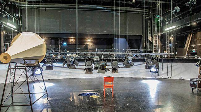 Bei der technischen Einrichtung wird das erste Mal das originale Bühnenbild aufgebaut und alle  Scheinwerfer so gehängt, dass man in den kommenden Tagen zwischen den Proben auf der Bühne die  konkreten Lichtstimmungen einleuchten sowie Video- und Tonabstimmungen vornehmen kann.