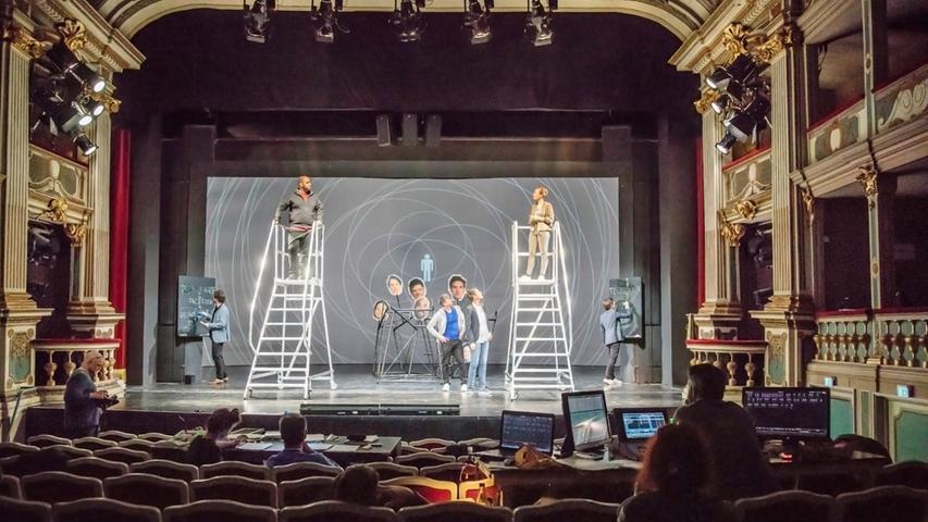 """Jetzt erst wird auf der Originalbühne geprobt - wo vor kurzem oft  noch mit Attrappen geprobt wurde,  stehen nun das originale Bühnenbild, Kostüme und Requisiten zur Verfügung. Während der  Endprobenwoche steuern alle an der Produktion Beteiligten mit höchster Konzentration auf das Ziel zu - die  Premiere. Nach ca. 4 bis 8 Bühnenproben ist bei der sogenannte """"Ama"""" (Alles mit allem) alles im Original:  Bühne, Licht, Ton, Video, Kostüme, Requisiten, Maske. In den Tagen danach folgen zwei Hauptproben. Die  Generalprobe, am Abend vor der Premiere, ist dann die letzte Probe."""