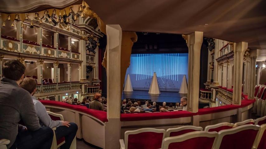 Bei der öffentlichen Probe kann das interessierte Publikum vorab bei freiem Eintritt für ca. eine Stunde  einen ersten Eindruck von der Inszenierung erhält. Im Anschluss wird zusammen mit der Dramaturgie über  Stück und Umsetzung diskutiert.