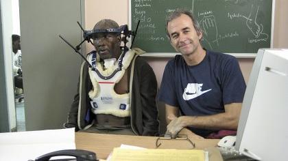 »Viele Patienten suchen zuerst einen Heiler auf»: Armin Wald mit einem Mann, der von ihm behandelt wurde.