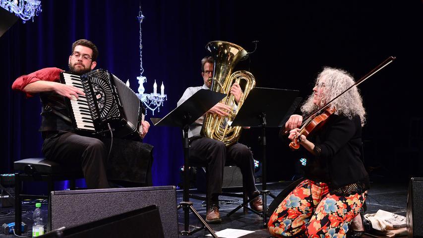Bereits zum 16. Mal findet in Fürth das Internationale Klezmer Festival statt. Alicia Svigals Klezmer Fiddle Express eröffnete den Konzertreigen.