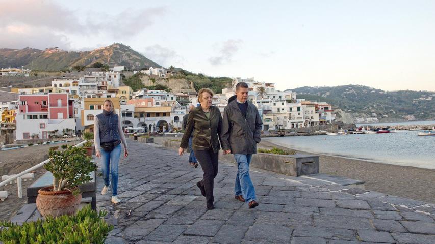 Osterferien auf Ischia: Jedes Jahr verbringt Angela Merkel mit ihrem Ehemann Joachim Sauer ihren Frühlingsurlaub auf der italienischen Insel. Normalerweise checkt die Kanzlerin im Hotel