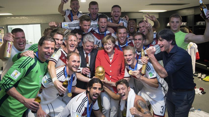 Ein Feierbiest wie Ex-Bayern-Coach Louis van Gaal ist Angela Merkel zwar nicht, nach dem WM-Finale 2014 feierte die Kanzlerin aber mit den Spielern in der Kabine den Titel.