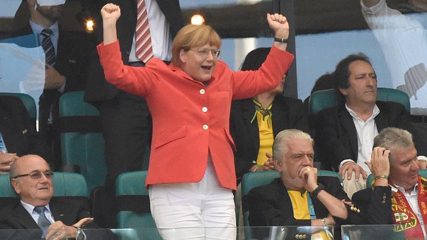Angela Merkel geht nur in seltenen Momenten aus sich heraus. Spielt aber die deutsche Fußballnationalmannschaft, dann lässt die Kanzlerin ihren Emotionen freien Lauf.
