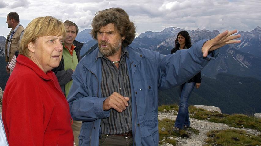 Angela Merkel setzt bei ihren Urlaubszielen auf Kontinuität. Im Frühjahr fliegt sie mit Ehemann Joachim Sauer nach Ischia und im Sommer fahren sie gemeinsam nach Südtirol. Das Urlaubsdomizil der Kanzlerin ist ein 1900 Meter hoch gelegenes Vier-Sterne-Hotel im Vinschgau. In der Vergangenheit hat sich Merkel in Südtirol regelmäßig mit dem Extrembergsteiger Reinhold Messner getroffen, die beiden sind seit einiger Zeit befreundet.