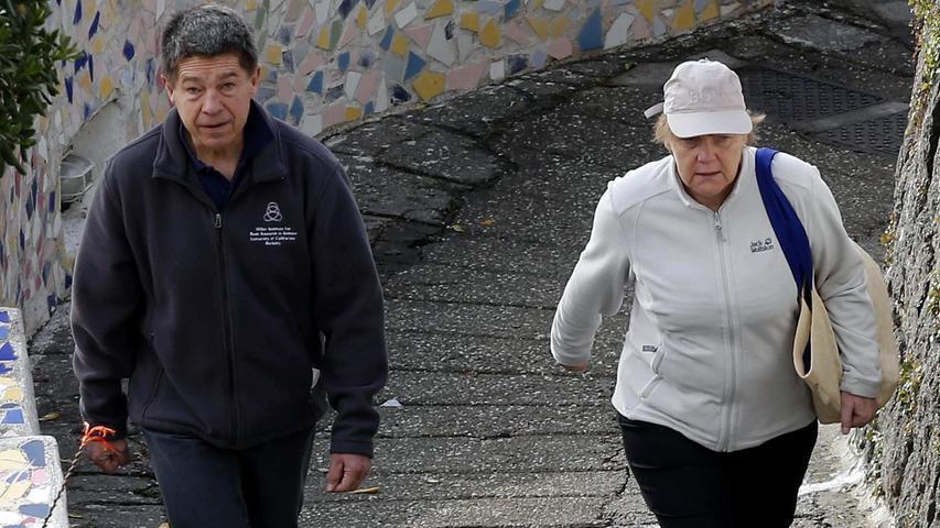 Ein gemütlicher Spaziergang im Urlaub ist für Angela Merkel nicht möglich. Selbst im beschaulichen Sant'Angelo warten an jeder Ecke Fotografen, die auf Freizeitfotos der Kanzlerin aus sind.