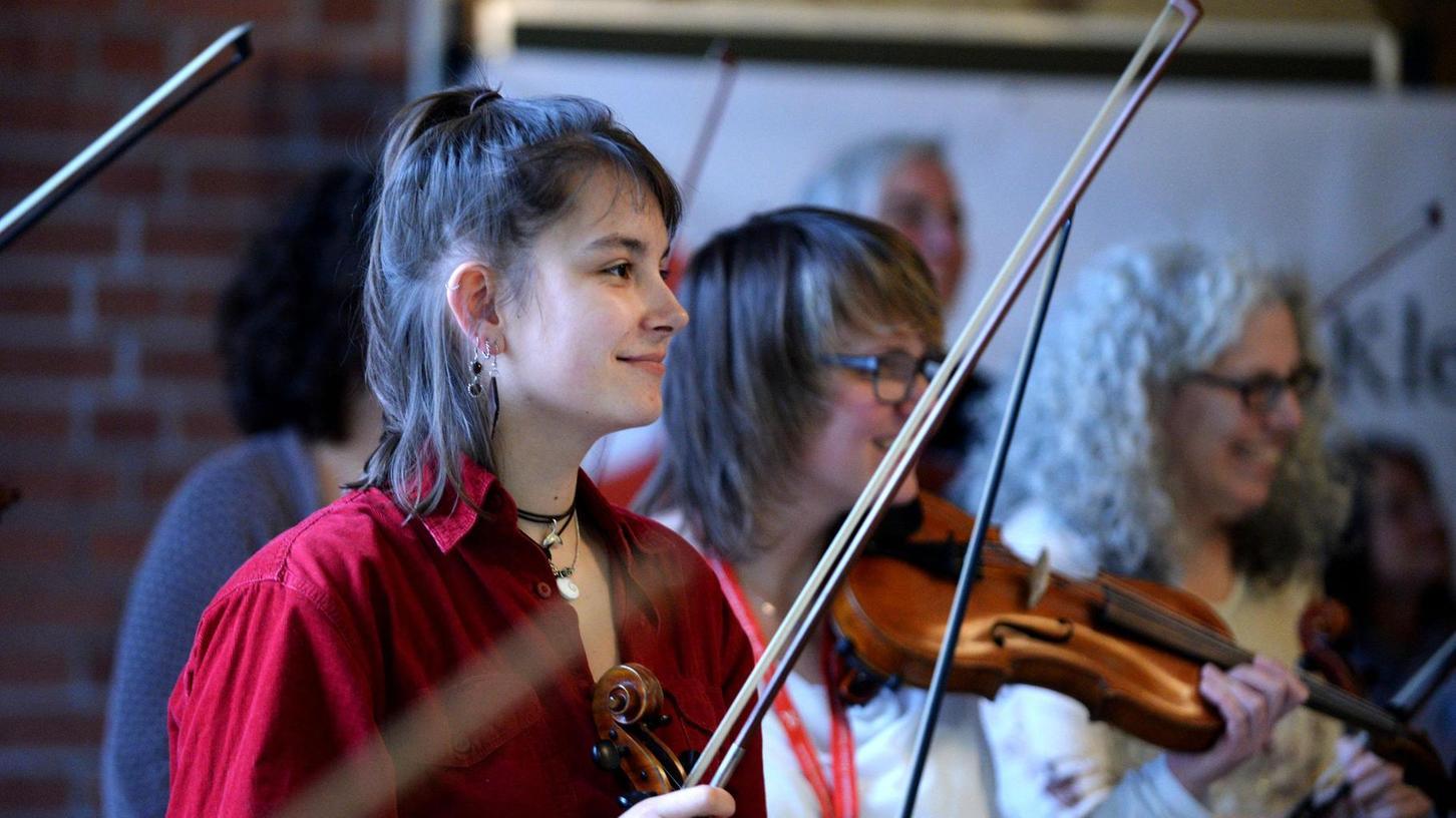 Diese Musik macht glücklich: Die Mitglieder des (einmaligen) Klezmer Orchesters Fürth stellten ihre Workshop-Erkenntnisse in einem öffentlichen Auftritt im Schliemann-Gymnasium vor.