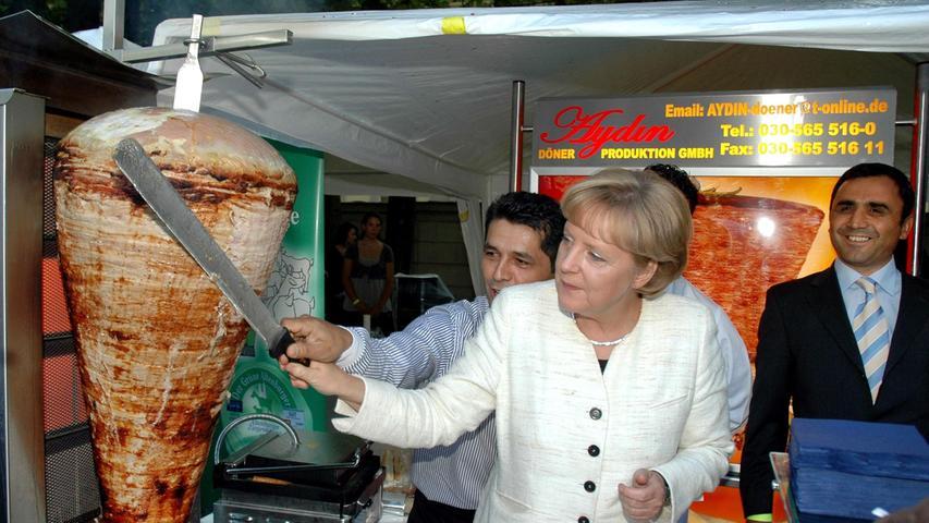 Helmut Kohl aß gerne Saumagen, Gerhard Schröder griff häufig zur Currywurst und Angela Merkel? Die Bundeskanzlerin isst gerne Döner, am liebsten ohne Soße, mit Fleisch, Zwiebeln und Kraut, das verriet sie vor einiger Zeit der 'Berliner Zeitung'. Ansonsten kommt bei Merkel vorwiegend Hausmannskost auf den Teller - ihr Lieblingsessen: Grünkohl.