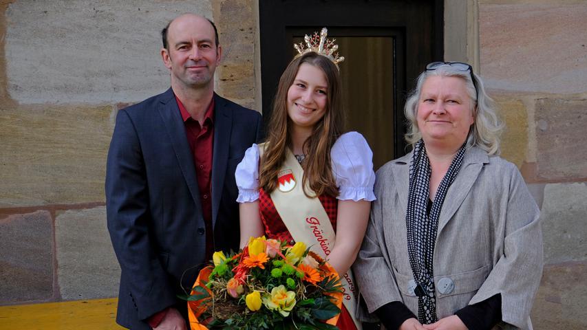 Lokales..Foto: Guenter Distler..Motiv: Krönung der neuen Fränkische Spargelkönigin 2018/2019; Theresa Bub; mit ihren Eltern Günther Bub und Diana Bub