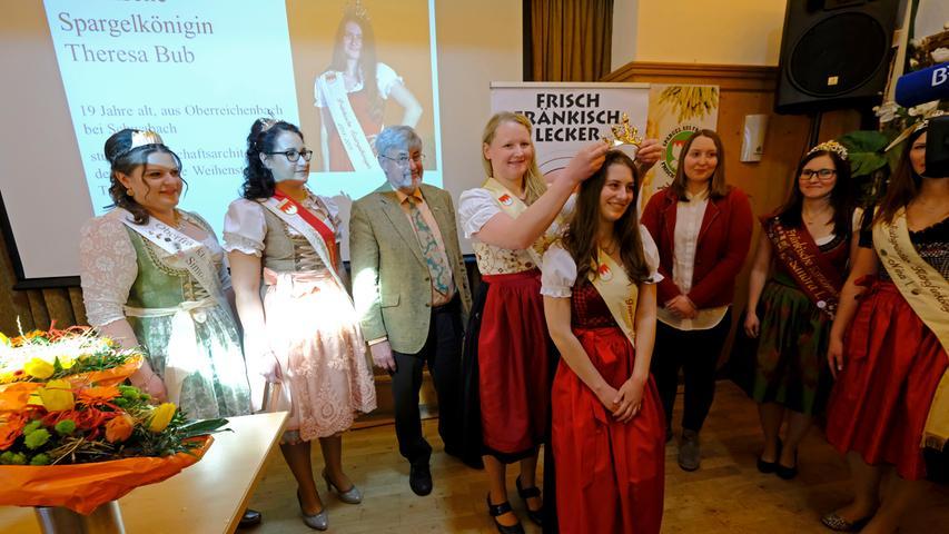 Lokales..Foto: Guenter Distler..Motiv: Krönung der neuen Fränkische Spargelkönigin 2018/2019; Theresa Bub, mit der alten Königin Anna Hennicke
