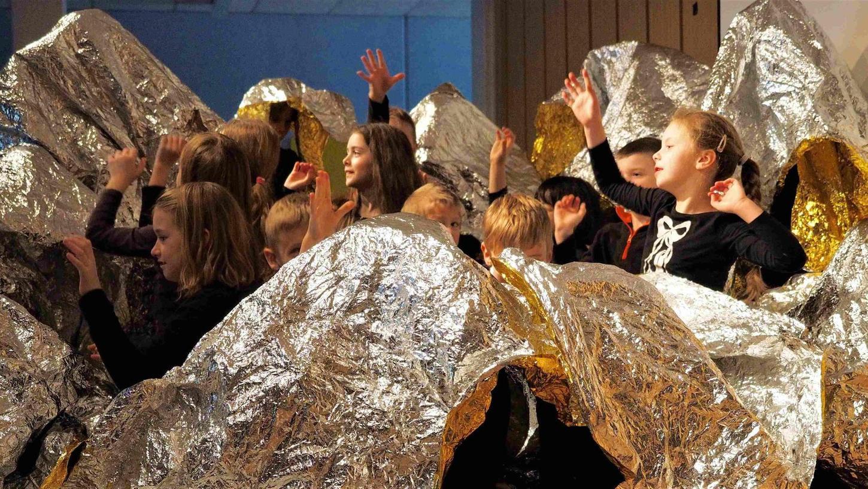 Ein Meer aus Tönen und Glitzer: Kinder überraschten mit ihrem Beitrag zum Musiktheaterstück