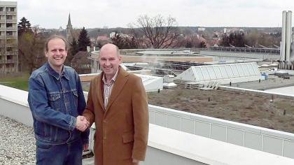 Auf gute Zusammenarbeit. Initiator Dr. Gerhard Brunner mit Krankenhaus-Geschäftsführer Reinhard Beck auf dem Dach des Gesundheitszentrums.