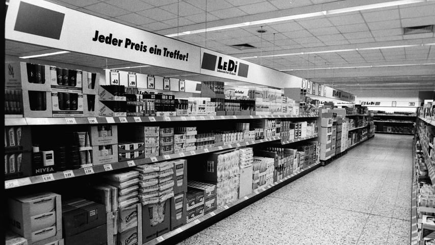 Mit Supermärkten war Pegnitz schon immer gut versorgt. Anders als heute waren sie früher zum Teil sogar in der Kernstadt angesiedelt. Vor 25 Jahren etwa hat in den Räumen des früheren Tengelmann-Marktes an der Nürnberger Straße der Discounter Ledi eröffnet, der nicht auf befristete Schnäppchen, sondern auf dauerhafte Tiefstpreise gesetzt hat. Dafür war auch die Ladeneinrichtung spartanisch. Trotzdem ist der Laden längst wieder aus dem Stadtbild verschwunden, ebenso wie die benachbarte DEA-Tankstelle. Heute ist dort nach zwischenzeitlicher Nutzung durch die Firma Eisen Lindner ein Intersport-Geschäft beheimatet.