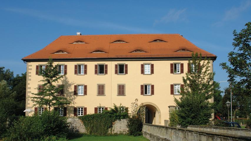 Ursprünglich war das Schloss von Burghaslach ein Wasserschloss. Allerdings ist der Schlossgraben, der sich aus der Haslach speiste, mittlerweile größtenteils verlandet. Eine Brücke führt jedoch bis heute zu dem Fürstlich Castell'schen Schloss. ; Der dreigeschossige Walmdachbau setzt sich aus zwei Flügeln zusammen, die rechtwinklig aneinandergrenzen. Der Nordflügel stammt im Kern noch aus dem 17. Jahrhundert. Sein Dach wird auf 1725 datiert. Ein ab 1822 erfolgter Um- und Neubau prägt das heutige, klassizistische Erscheinungsbild des Gesamtbaus. Der Ostflügel wird als Schauseite zum Marktplatz durch eine Eckquaderung und eine rundbogigen Durchfahrt hervorgehoben.