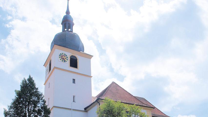Die Freiherren von Seckendorff-Aberdar ließen ab 1765/66 die Kirche St. Erhard in Sugenheim als evangelische Predigtkirche neu errichten. Auf den Resten einer spätmittelalterlichen Kirche entstanden ein Saalbau mit Walmdach und Querhaus in schlichten Barockformen und 1769 bis 1773 ein Turm mit welscher Haube. Die als Markgrafenstil bezeichnete Charakteristik zeigt sich im Inneren in der gleichwertigen Anordnung des Altars und der Kanzel an der Kanzelwand mit der Orgelempore darüber. Sie spiegelt die Liturgie wider, bei der das verkündete Wort im Zentrum steht. Dass dieses von jedem Besucher gut gehört werden kann, stellen die umlaufenden, zweigeschossigen Emporen sicher.