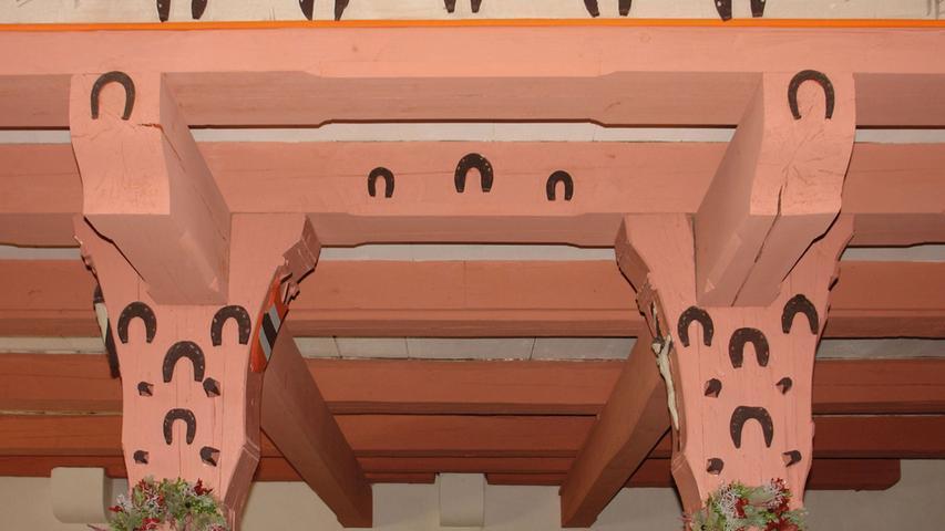 Das Äußere des anstelle eines Vorgängerbaus ab 1419 entstandenen Saalbaus (Weihe 1487) mit flankierendem Turm und eingezogenem Chor mit geradem Abschluss wird durch spätgotische Formen geprägt. Das Innere der Kirche mit flacher Holzdecke ist weitgehend barock. Ein bemaltes Wappen mit der Datierung 1680 in der Mitte der kassettierten Decke verweist auf den Eichstätter Fürstbischof Marquardt II. Schenk von Castell.