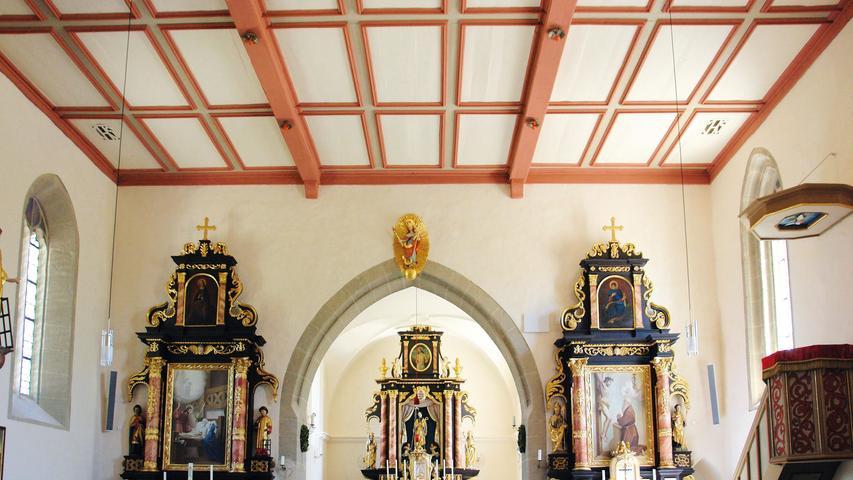 Der Hochaltar mit Seitenaltären, Kanzel und das Chorgestühl stammen ebenfalls aus dem 17. Jahrhundert. Mehrere Gemälde und Skulpturen ergänzen die Ausstattung. Überarbeitungen im 19. und 20. Jahrhundert werden vor allem an der Empore deutlich.; Eine auch im Detail gute Vorgehensweise bei allen Arbeiten kennzeichnet ebenso die Innenrenovierung. Die Schäden an den Wänden und Boden wurden behoben, die Holzdecke repariert und nach Befundlage gefasst. Die komplette Ausstattung wurde untersucht, gereinigt und, wo es nötig war, fachgerecht restauriert.