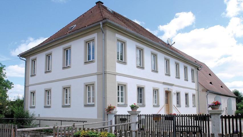 Eine klare Fassadengestaltung zeichnet das klassizistische, 1819 entstandene, repräsentative Wohnhaus im Jochsberger Brauhausweg aus. Die Fassade des zweigeschossigen Gebäudes mit sieben zu vier Fensterachsen auf einem Sockelfundament wird durch breite Ecklisenen eingefasst. Ein doppeltes, an den Ecken verkröpftes Gurtband und ein profiliertes Kranzgesims gliedern den Walmdachbau horizontal. An den Längsseiten wird jeweils das Zentrum leicht von der einheitlichen Gestaltung der rechteckigen Fenstergewände abgehoben.