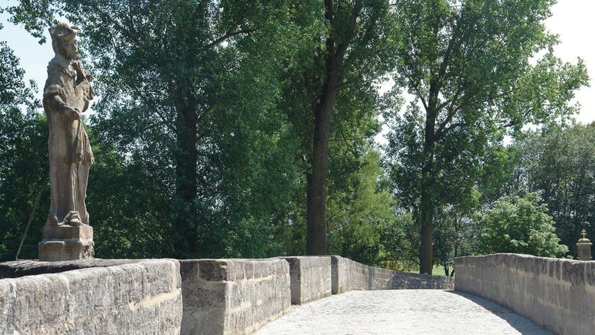 2013 bis 2015 wurde die Brücke saniert. Dabei sicherte man zunächst die Statik. Die Risse in den Bögen wurden vernadelt und verpresst, verlorene Flächen wiederaufgebaut und offene Fugen saniert. Durch zusätzliche Mauerungen konnte auch die Brüstung gefestigt werden. Bei allen Reparaturen, von denen hier nur ein Teil genannt ist, wurden ausschließlich denkmalgerechte Baustoffe verwendet. Nach Abschluss dieser hervorragend durchgeführten Maßnahme bleibt die Brücke für den schweren Verkehr gesperrt, was das identitätsstiftende Baudenkmal auch in der Zukunft nachhaltig schonen wird.