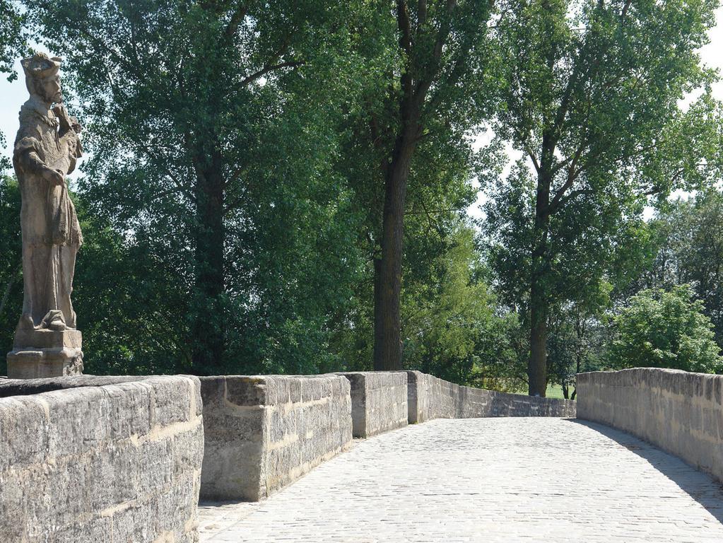 2013 bis 2015 wurde die Brücke saniert. Dabei sicherte man zunächst die Statik. Die Risse in den Bögen wurden vernadelt und verpresst, verlorene Flächen wiederaufgebaut und offene Fugen saniert. Durch zusätzliche Mauerungen konnte auch die Brüstung gefestigt werden. Bei allen Reparaturen, von denen hier nur ein Teil genannt ist, wurden ausschließlich denkmalgerechte Baustoffe verwendet. Nach Abschluss dieser hervorragend durchgeführten Maßnahme bleibt die Brücke für den schweren Verkehr gesperrt, was das identitätsstiftende Baudenkmal auch in der Zukunft nachhaltig schonen wird.;