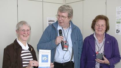 Christa Braun (v. l.), Herbert Hirschfelder und Irmgard Kühne zeigen die von Bürgermeisterin Preuss vermittelte mobile Induktionsanlage.