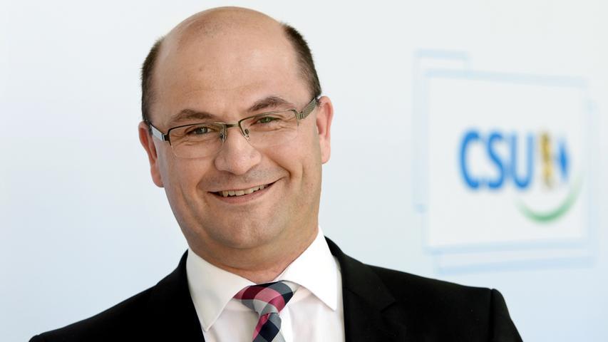 Albert Füracker, Chef des CSU-Bezirksverbands Oberpfalz, pflegt nicht nur als Finanzstaatssekretär einen engen Draht zu Söder, sondern galt auch sonst als dessen treuester Unterstützer. Er kennt die Abläufe im Haus- vermutlich wurde er deswegen auch erneut zum Finanzminister ernannt.