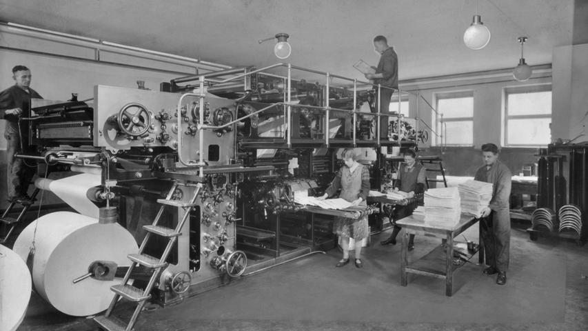 Nach dem Krieg befindet sich in der zerstörten Stadt jedoch keine einzige Druckmaschine mehr, mit deren Hilfe die Zeitung hätte produziert werden können. Und so druckt die unversehrt gebliebene Druckerei Bollmann in Zirndorf ab Oktober 1945 zunächst die Nürnberger Nachrichten und ab 1948 auch die Fürther Nachrichten.